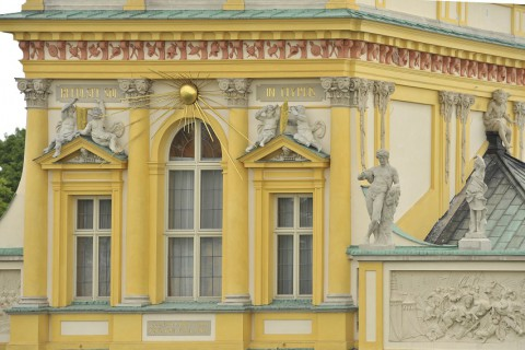 Słońce i tarcze na elewacji pałacu wilanowskiego.jpg