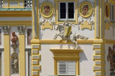Pogoń na elewacji pałacu.jpg