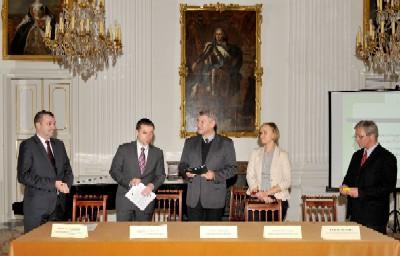 Dyrektor i księgowa_podpisanie umowy.jpg