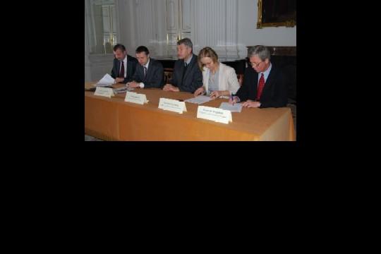 Dyrektor i księgowa_podpisanie umowy 2.jpg