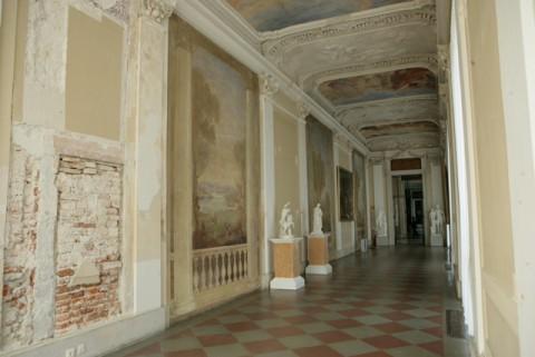 44_widok na galerię południową z odkrytym portalem i fragmentami malowideł_1.jpg