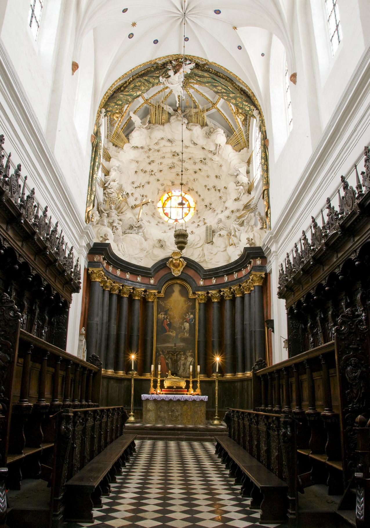 nawa główna z ołtarzem-wystrój kościoła.jpg