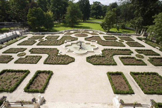 11_widok na zrewitalizowany ogród różany od strony skrzydła południowego pałacu.jpg