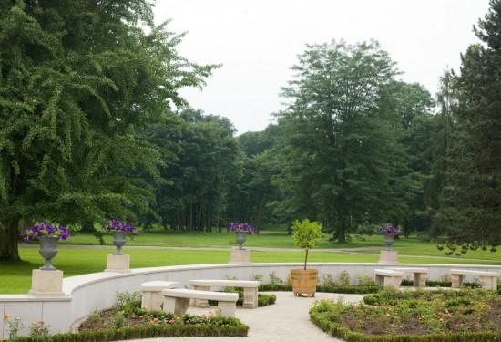 13_widok na zrewitalizowany ogród różany i park angielsko-chiński od strony skrzydła południowego pałacu.jpg