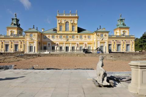8_widok na elewację ogrodową pałacu w trakcie prac rewitalizacyjnych w ogrodzie wschodnim.jpg