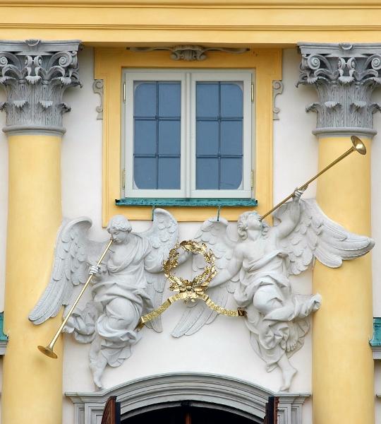 Famy na fasadzie pałacu