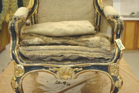 31_19 fotel w trakcie prac tapicerskich.jpg