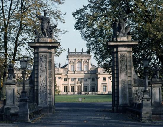 Pałac od strony wjazdu, ok. 1982 r., fot. A. Szymański i J. Malinowski.jpg