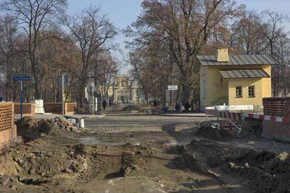 Prace przy rewaloryzacji przedpola pałacowego,2011 r., fot. M. Kulpa