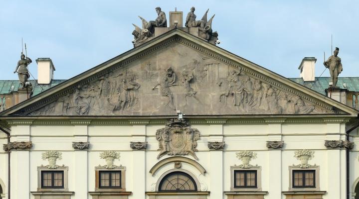 Warszawa_pałac JanaD.Krasińskiego_tympanon frontowy z reliefem_A.Schlueter mł.JPG