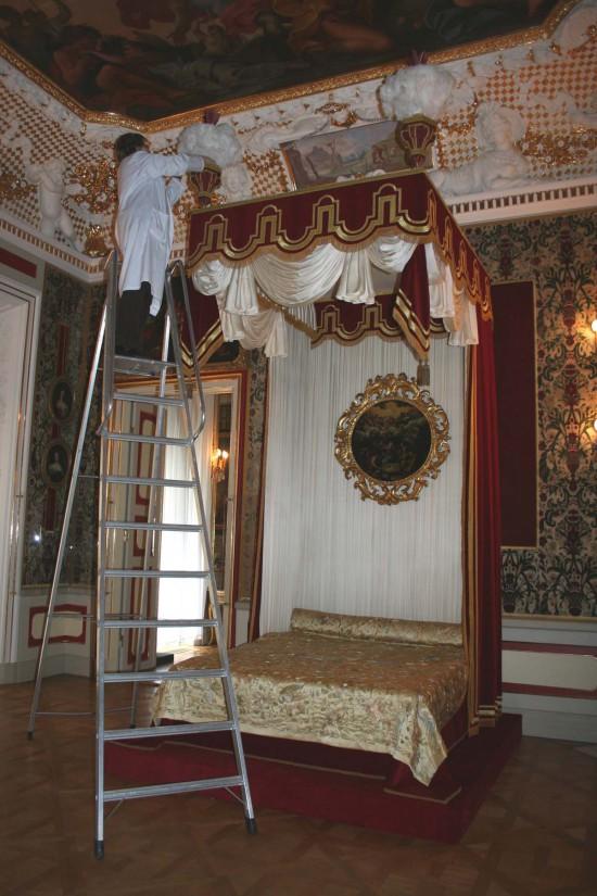 31_montaż waz w sypialni królowej 2.jpg