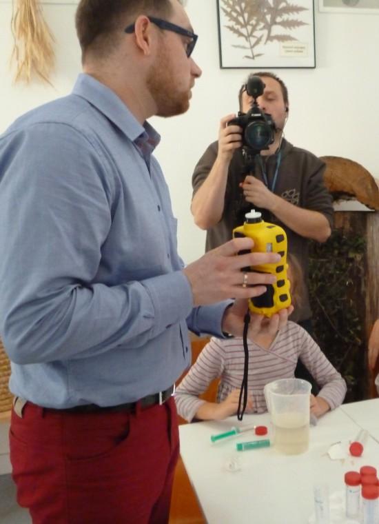 EOG_woda_Dr Łukasz Drewniak opowiada o działaniu automatycznego detektora do badania lotnych związków organicznych, fot. Anna Sikora.JPG