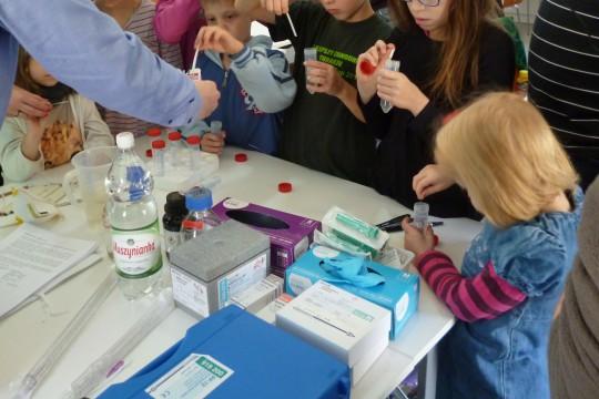 EOG_woda_Uczestnicy wykonują pomiar pH przy pomocy papierków lakmusowych, fot. Anna Sikora.JPG