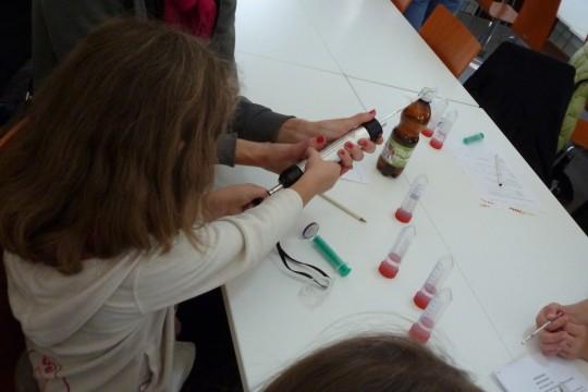 EOG_woda_W czasie spotkania można było poznać działanie różnych przyrządów laboratoryjnych, fot. Julia Dobrzańska.JPG