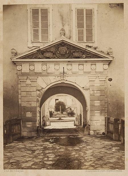 brama do zamku w żółkwi_BN.jpg
