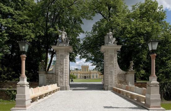 Pałac w Wilanowie widziany przez bramę główną, fot. W. Holnicki,  Muzeum Pałacu Króla Jana III w Wilanowie.jpg