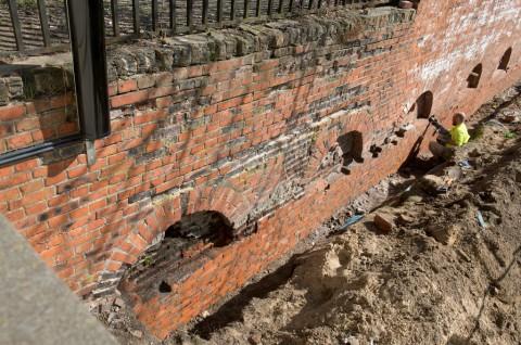 Mur oporowy podczas prac konserwatorskich, fot. W. Holnicki.jpg