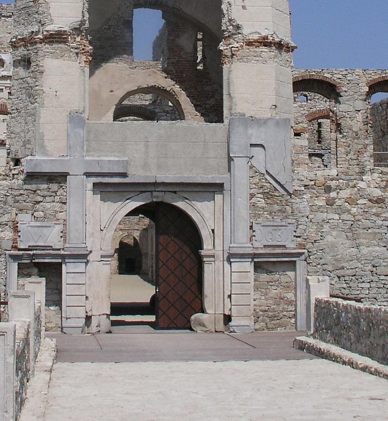 Krzyżtopór, brama wjazdowa, Tomasz Kuls.jpg