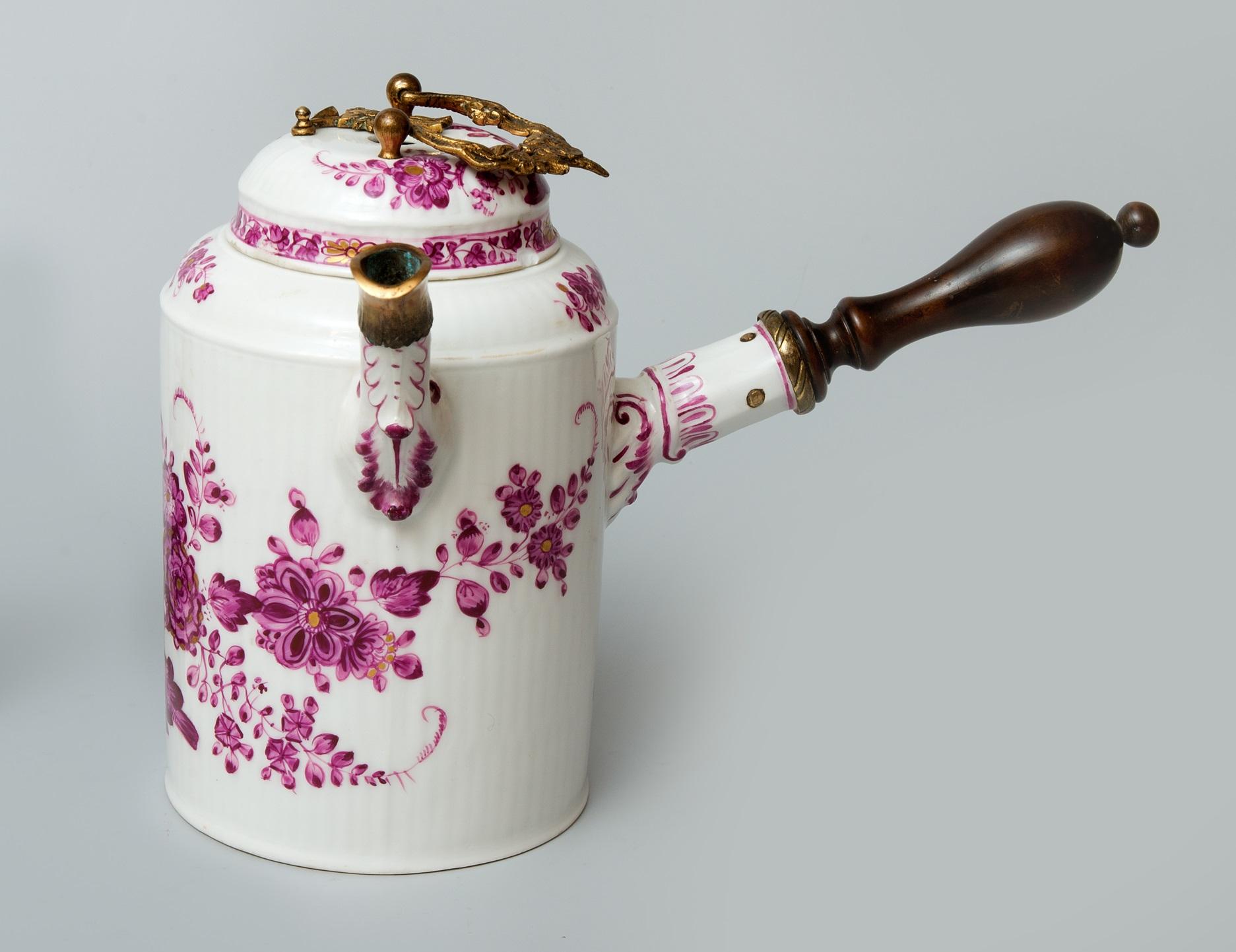 Dzbanek do czekolady z pokrywką, Niemcy, Miśnia, ok. 1750-1760; dar Robyg SA dla Muzeum Pałacu w Wilanowie.jpg