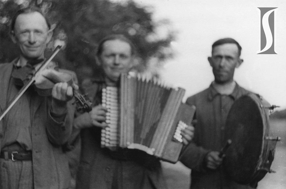 skrzypce, harmonia, bęben obręczowy, b.a., zbiory IS PAN Akcja Zbierania Folkloru Muzycznego 1950-54.jpg