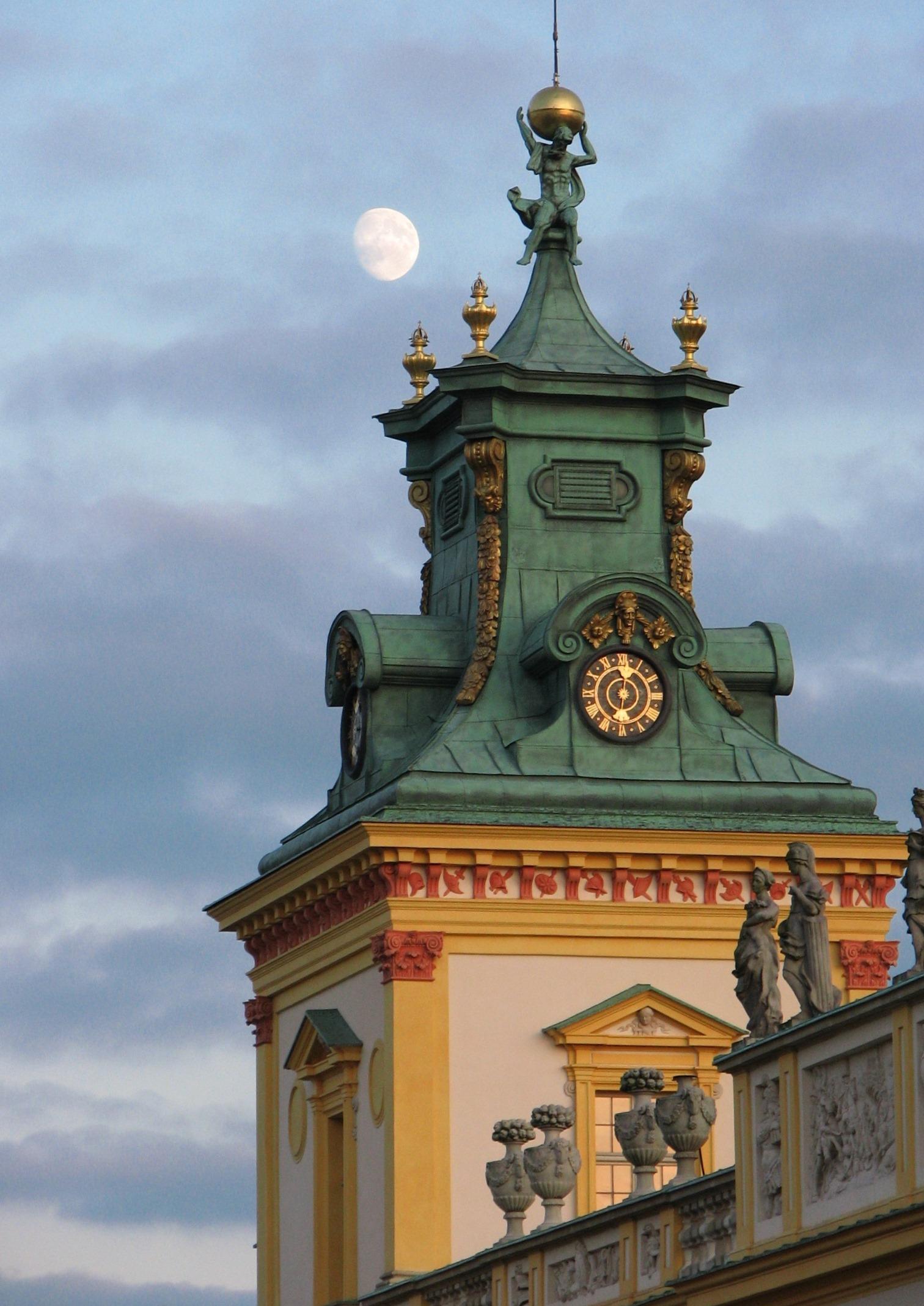Wieża i księżyc. Fot. Julia Dobrzańska.JPG