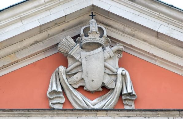 57_kościół kapucynów w warszawie, herb janina w zwieńczeniu fasady.jpg