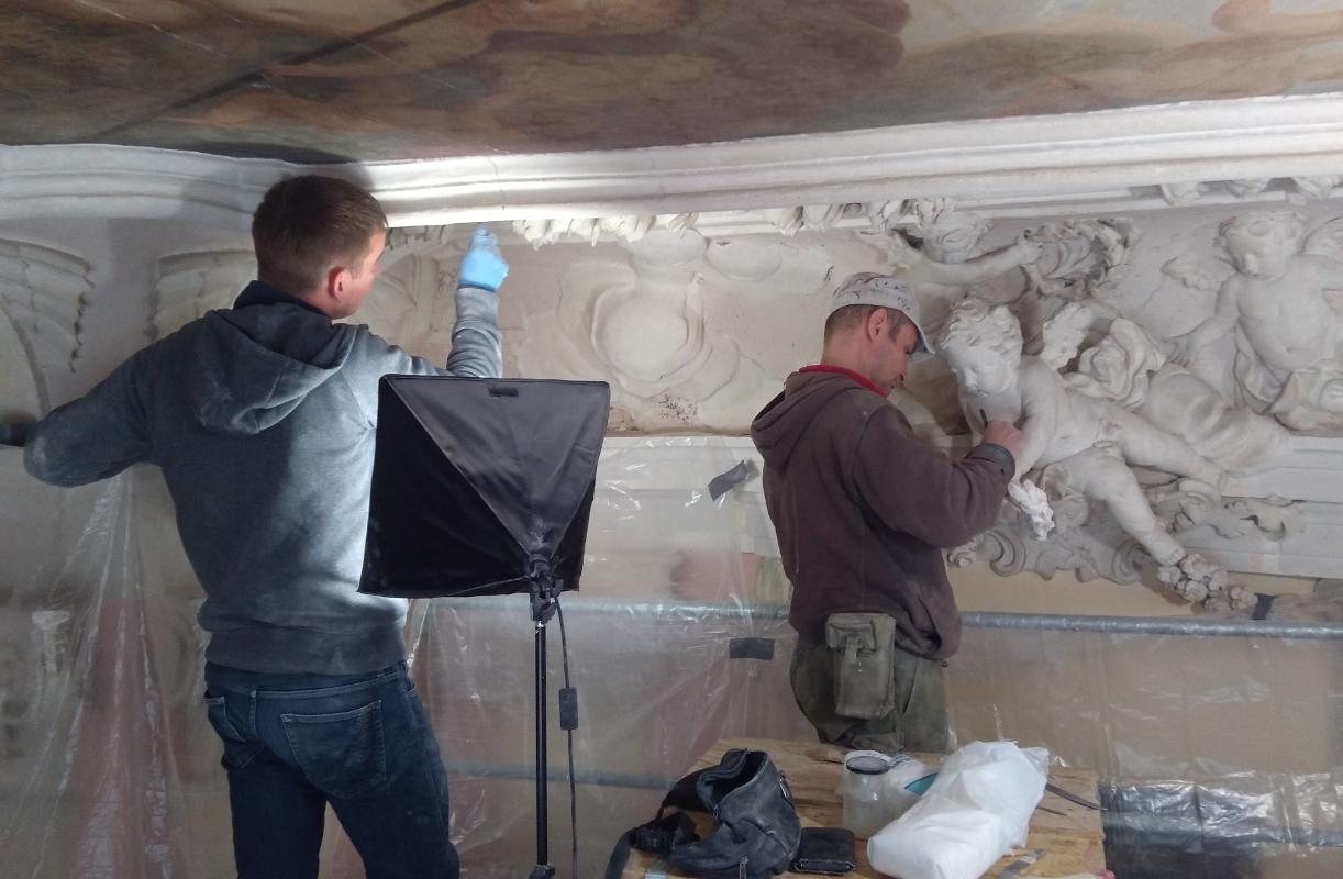 Prace przy dekoracjach rzeźbiarskich