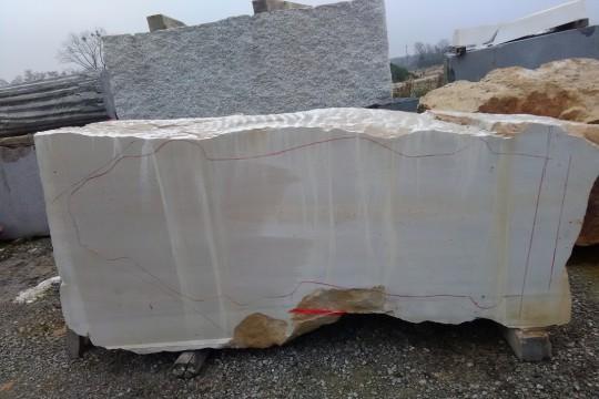 Blok kamienia z zarysem ogólnego kształtu rzeźby, fot. G. Świerczyński.jpg