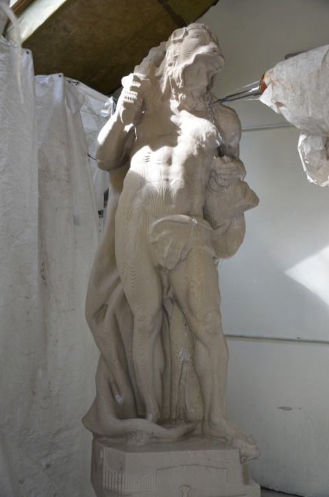 Obrabiarka do kamienia z frezami diamentowymi formuje rzeźbę, fot. G. Swierczyński.JPG