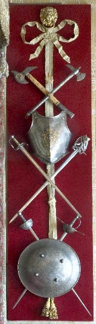 57_panoplia z sypialni króla-broń biała, napierśńik i tarcza.jpg