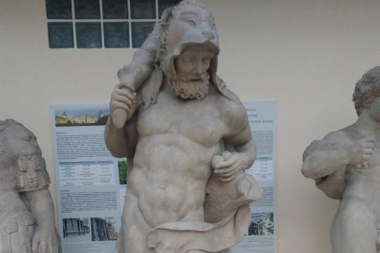 Oryginalna rzeźba Herkulesa eksponowana już w Pawilonie Rzeźby, fot. I. Fuks-Rembisz.jpg