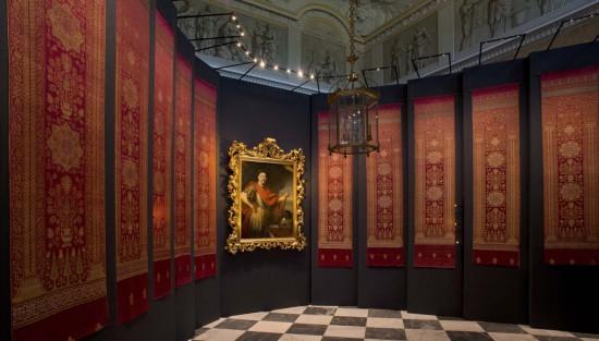 Wystawa tkanin tureckich i portretu Jana III w Wielkiej Sieni, widok całości, fot. W. Holnicki.jpg