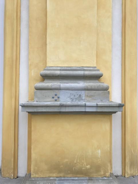 Południowa elewacja Pałacu_Widoczne pole pomiarowe zlokalizowane na bazie pilastra, foto Eryk Bunsch.jpg
