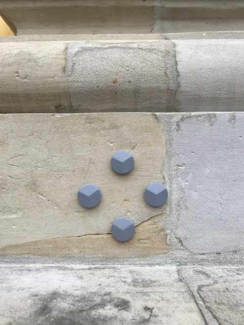 Zbliżenie obszaru pola pomiarowego, widoczne cztery tarczki wklejone w kamienny element elewacji, foto Eryk Bunsch.jpg