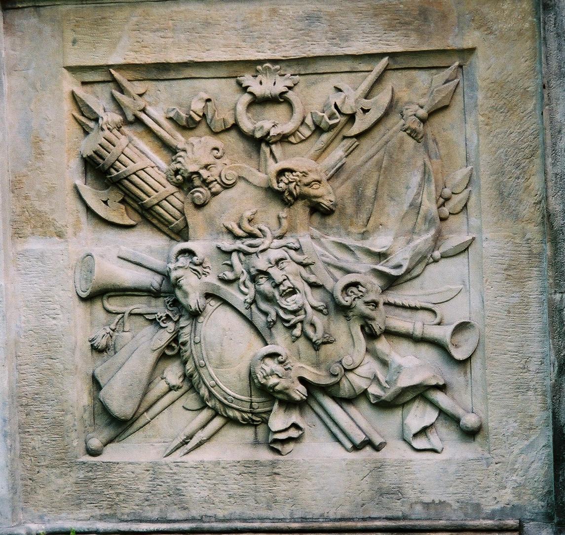 57_płaskorzeźba z egidą na elewacji pałacu w wilanowie.jpg
