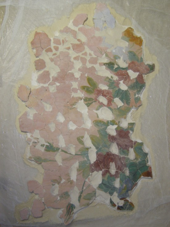 Fragmenty tynku z dekoracją barokową z fryzu Wielkiej Sieni w trakcie wstępnego uzupełniania ubytków zaprawy, 2013 r. , fot M. Chmielewski.jpg