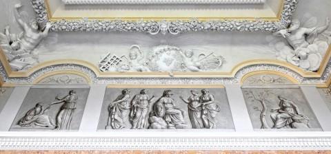 Pas fryzu Wielkiej Sieni, ściana wschodnia, widoczne malowane na płótnach sceny mitologiczne z połowy  XIX wieku. Fot. Z. Reszka  2012r..jpg