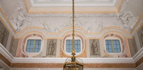 Pas fryzu Wielkiej Sieni, ściana zachodnia, widoczne malowidła  barokowe, najprawdopodobniej z końca XVII w., fot.  Z. Reszka, 2014r..jpg