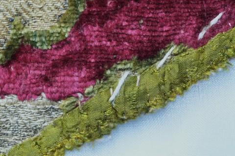 Zachowany fragment podszewki z jedwabnej tafty przyszyty oryginalnymi ściegami z nici lnianej, fot. B. Kalfas.