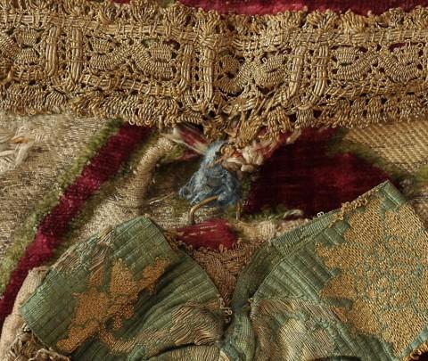 Kaptur przywiązany do wątków tkaniny tureckiej za pomocą fragmentu drukowanego lnianego płótna, fot. B. Kalfas.