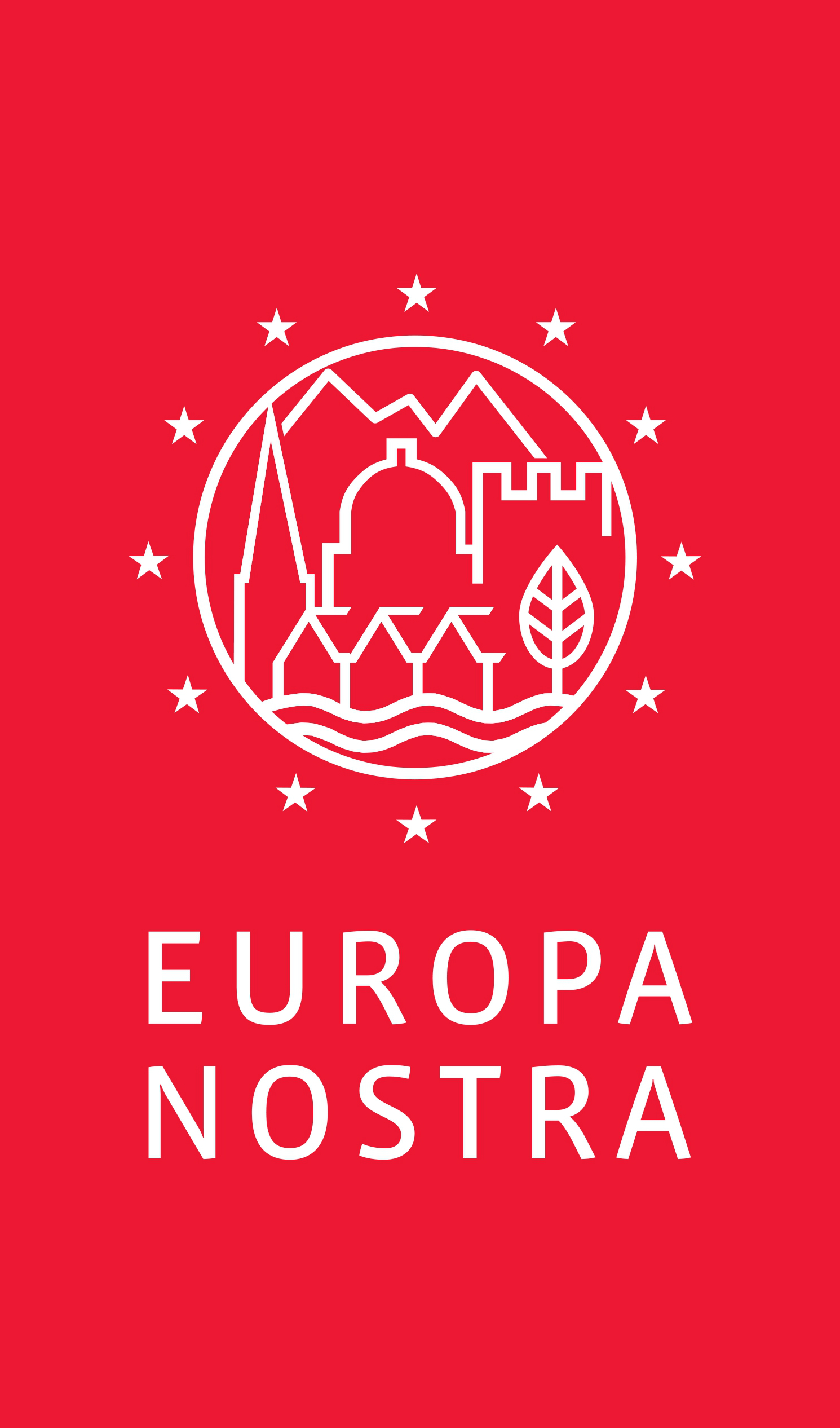 Logo Europa Nostra: czerwony pionowy prostokąt, na górze białe kontury: w koło wpisane ikony gór, dachów, drzewa i rzeki, dookoła koła 12 białych gwiazd z flagii Unii Europejskiej, pod spodem napis: Europa Nostra