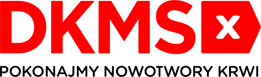 Logo w kształcie leżącego prostokąta, na górze wielkimi czerwonymi literami napisany jest skrót: DKMS i po jego prawej stronie czerwony pięciokąt przypominający strzałkę z grotem skierowanym w prawą stronę, na środku pięciokąta biały znak X, pod spodem na całej szwerokości prostokąta zamieszczone jest hasło: pokonajmy nowotwory krwi