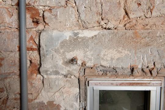 Kamienne nadproże z zachowanymi warstwami malarskimi, fot.A.Indyk.jpg