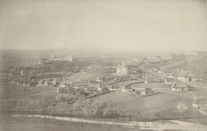 SUTKOWCE - widok ogólny miejscowości - wśród obiektów wyróżniających się inkastelowana cerkiew (po prawej) i ruiny zamku (po lewej).jpg