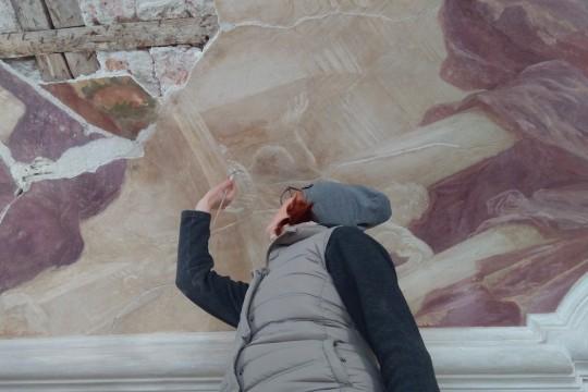 Konserwatorzy przy pracy w galeriach ogrodowych na parterze pałacu, fot. Elżbieta Modzelewska, Muzeum Pałacu Króla Jana III w Wilanowie (02).jpg