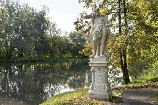 Kopia figury Herkulesa na nabrzeżu Jeziora Wilanowskiego, fot. Zbigniew Reszka, Muzeum Pałacu Króla Jana III w Wilanowie (02).jpg