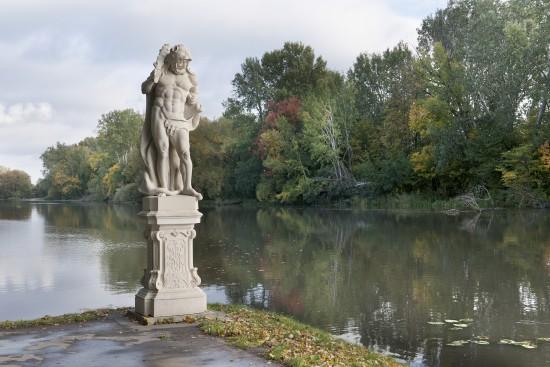Kopia figury Herkulesa na nabrzeżu Jeziora Wilanowskiego, fot. Zbigniew Reszka, Muzeum Pałacu Króla Jana III w Wilanowie (03).jpg