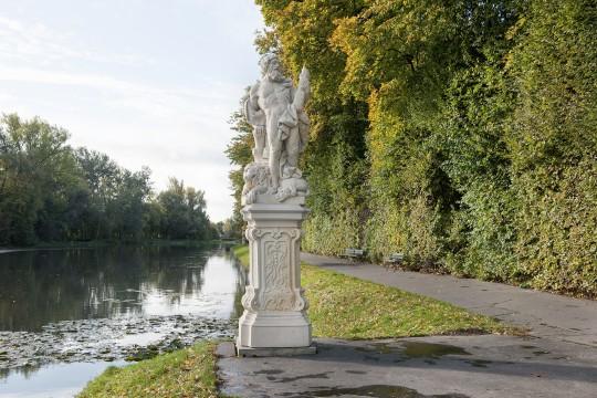 Kopia figury Herkulesa na nabrzeżu Jeziora Wilanowskiego, fot. Zbigniew Reszka, Muzeum Pałacu Króla Jana III w Wilanowie.jpg