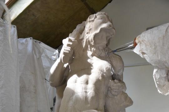 Obrabiarka do kamienia z diamentowymi frezami formuje kopię rzeźby Herkulesa, fot. Grzegorz Świerczyński.JPG