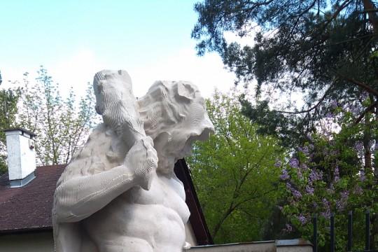 Rzeźbiarz-konserwator opracowuje powierzchnię rzeźby Herkulesa, fot. Konrad Pyzel, Muzeum Pałacu Króla Jana III w Wilanowie.jpg